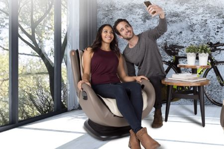 iJOY 4.0 - couple taking selfies in chairs